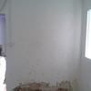 Habitación interior con mucha humedad, preferiría pladur anti humedad las dos primeras fotos pertenecen a una misma pared
