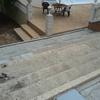 Poner hormigón impreso en una zona de la parcela y escaleras