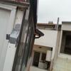 Poner canaleta + derivación en z en el tejado para derivar el agua a un bajante existente