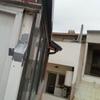Poner canaleta y derivación en z en el tejado para derivar el agua a un bajante existente