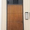 Puerta de acceso a vivienda desde calle