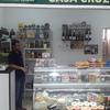 Decoracion con estanterias para una tienda de gourmet conservas vinos aceites