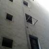 Tapar fisuras entre ventanas de la fachada del edificio
