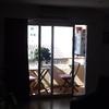 Cambiar ventanas de salida del salón al balcón, por cortinas de cristal