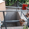 instalar tramex para cubrir patio inglés en el jardín de un adosado