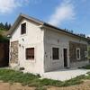 Realizar un porche con columnas de granito, estructura techo ipe  o similar igualar teja techo de la casa