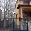 Poda chopos con ramas sobre casa unifamiliar en san martín pimpollar