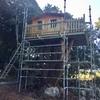 Escalera con barandillas para casa en árbol
