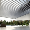 Pérgola aluminio adosada a la pared de la casa anclada en suelo de terraza de 5 x 3 m de aspecto vanguardista
