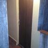 Cambiar puerta de madera por una de aluminio con cerradura interior