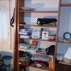 Cubrir estanteria con puertas delanteras y cerrar parte de atrás para que no entre el polvo