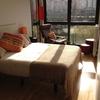 Mudanza vivienda de dos habitaciones, un sofá desmontado, una estantería, todo ya embalado y desmontado