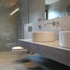 Baño en cemento pulido o microcemento