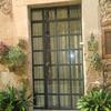 Puerta de entrada de hierro fundido y cristal con cuarterones