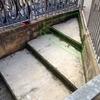 Conformación de meseta-peldaños mediante hormigón para acceso a entrada de almacén