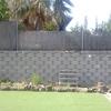 Levantar (mes de julio) muro de bloques de hormigón y vallado metálico