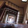 Pintar y tratar puerta acceso y escalera en edificio de 5 plantas
