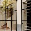 Ventanales grandes con marco negro de aluminio