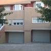 Muro separación rampas garaje y dos puertas exterior acceso vehículos