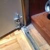 Reparación de puerta de armario de espejo puerta hoja bisagra inferior y alojamiento de la misma dañada
