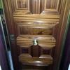Una puerta blindada con 6 o 7 Plafones