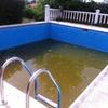 Pintar una piscina con fibra de vidrio.