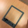 Revisar instalación de tomas de red y corriente del suelo técnico de una oficina