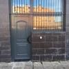 Entrada a local puerta mas ventanas fijas