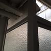 Poner ventana doble hoja + metacrilato ajustando tubos caldera