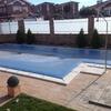 Colocar tarima sintética para zona jardín y piscina.