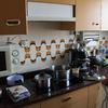Preparar los azulejos de la cocina y dejarla lisa para pintar con pintura monocolor plastica labable
