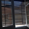 Arreglo de dos persianas de madera de ventana y balcón