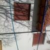 Reparación junta de unión en techo inclinado y grieta en fachada que filtra agua al interior provocando goteras