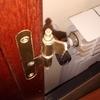 Colocar puerta con bisagras rotas + ajuste puerta mueble