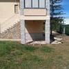Cerrar porche con paredes de bloques y puerta de acceso