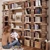 Librería de ladrillo rústico con baldas de madera