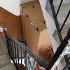 Repasar escalera recien pintada por los rellanos