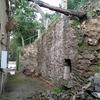 Construcción muro de hormigón en parte trasera casa con taluz