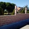 Construcción muro cerramiento de parcela y servicios asientos para módulos de obra