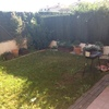 Instalar césped artificial en jardín de tierra