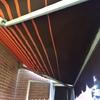 Suministro e instalación de toldo extensible (con o sin cofre) en fachada vertical de ladrillo visto