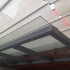Suministro e instalación de tejadillo formado por estructura de hierro y vidrio de seguridad
