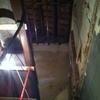 Suministrar viga de pino para un techo y colocarla la viga tiene un encaste de 3x3 para apoyar los revoltones