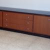 Cortar encimera de madera de un mueble de salon