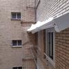 Retirar y volver a atornillar cubierta de pvc en patio interior