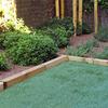 Instalación de Jardín con Cesped Artificial y Plantas Decorativas
