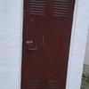 Cambiar puerta de trastero quitar la de madera y poner una metalica
