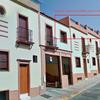 Eliminación de azulejos de la fachada superior de una comunidad de vecinos, enlucido y pintura