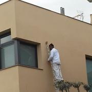 Pintando fachada de Mono Capa en Esparraguera