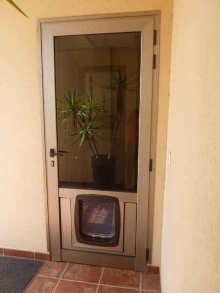 Puedo poner una gatera en una ventana climalit habitissimo for Puertas exterior aluminio baratas